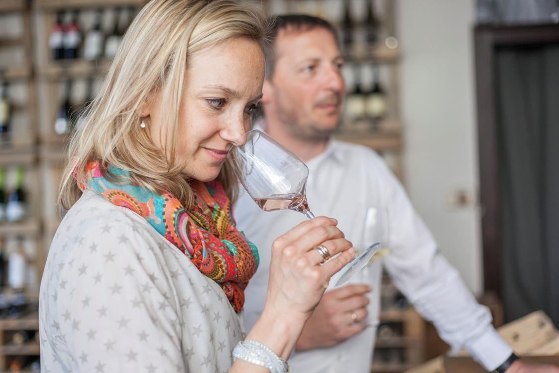 Oder Kunst Trinken Und Wein Bewundern Foto Menschen Alles Mit Genuss Komm Rein Sei Mein Gast Im Programm Hat Sie Auch Georgische Weine