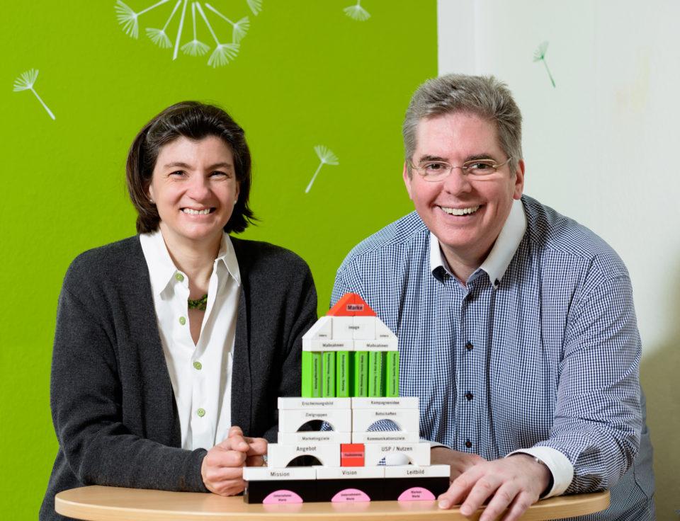 """Katharina Grau und Andreas Pfeifer sind erfahrene Marketingberater. Mit ihrem Unternehmen """"Die Heldenhelfer"""" bieten sie zahlreiche Marketingworkshops und -seminare in Wiesbaden an …"""